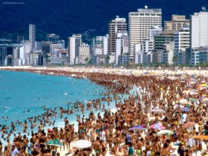 Postal: Playa abarrotada, en Río de Janeiro (Brasil)