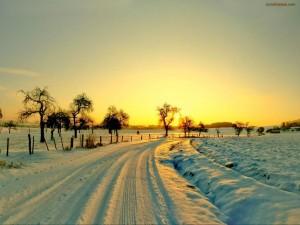 Postal: Carretera nevada al atardecer