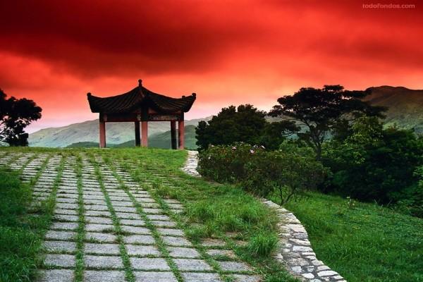 Templo japonés bajo un cielo rojo