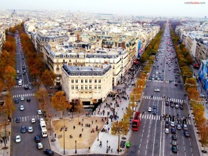 Tráfico en los Campos Elíseos (París)