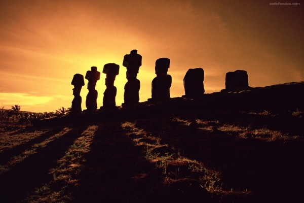 Estatuas de piedra Moai al atardecer (Isla de Pascua)