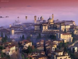 Postal: Niebla sobre Bérgamo (Lombardía, Italia)