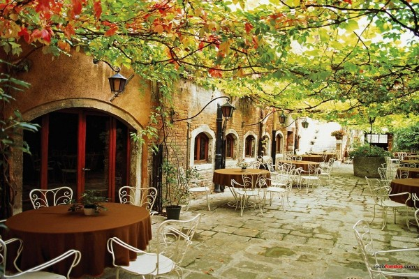 Terraza con mesas, en Venecia, Italia