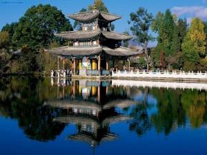 Postal: Pabellón en el Estanque del Dragón Negro (Pekín, China)