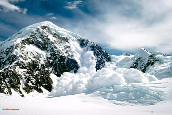 Alud de nieve en la montaña