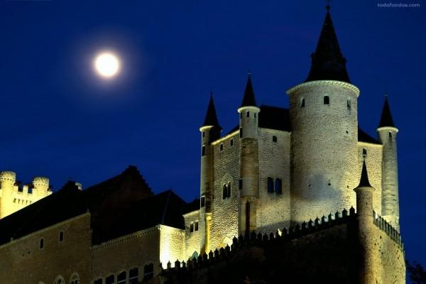 La Luna sobre el Alcázar de Segovia