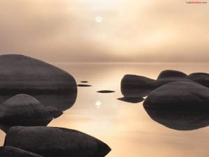 Rocas en aguas tranquilas
