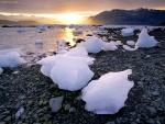 Trozos de hielo en la orilla