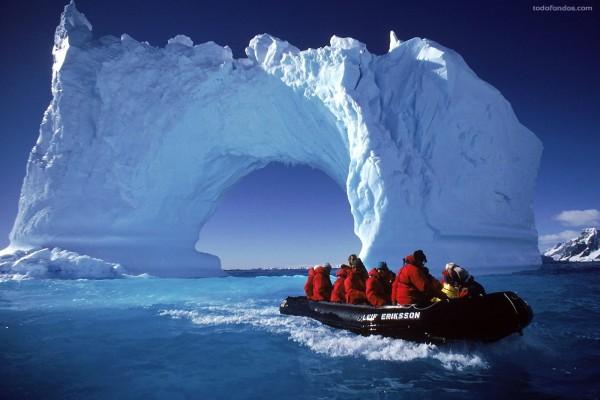 Navegando bajo un puente de hielo