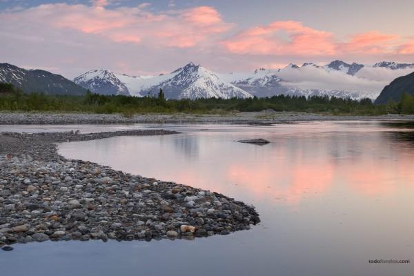 Río bajo las montañas heladas
