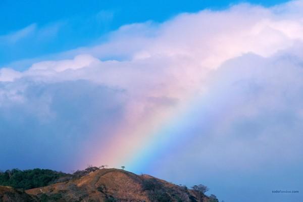 Arco íris sobre las nubes