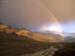 Arcoíris desde la base de la montaña