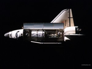 Postal: Transbordador espacial Atlantis transportando un satélite