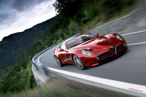 Deportivo rojo Alfa Romeo tomando la curva