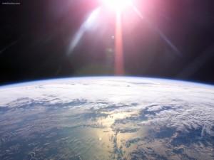 Postal: El Sol iluminando la Tierra
