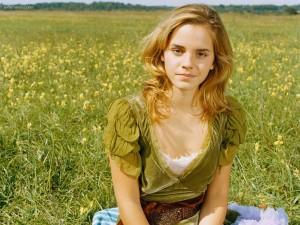 Postal: Emma Watson sentada en un prado