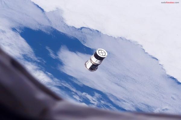 Satélite cilíndrico orbitando alrededor del planeta Tierra