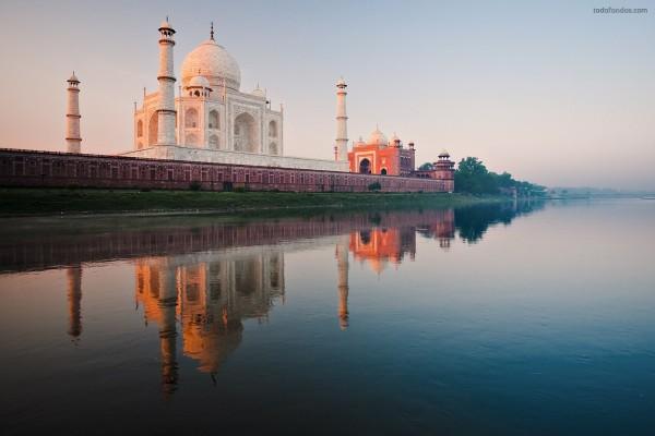 El Taj Mahal visto desde el río Yamuna