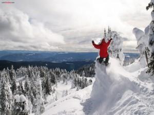 Al borde del salto de snowboard
