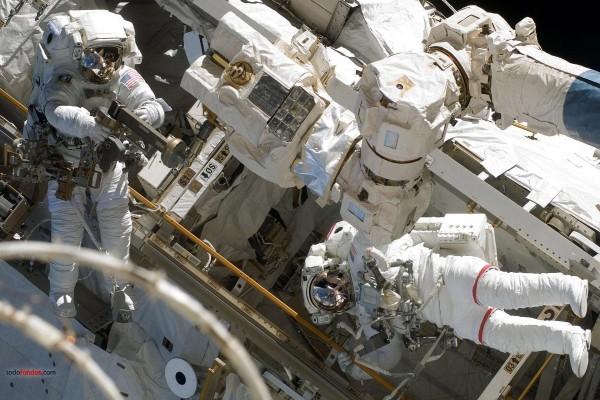Astronautas realizando trabajos en el espacio