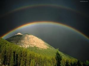 Postal: Puente de arcoíris sobre la montaña