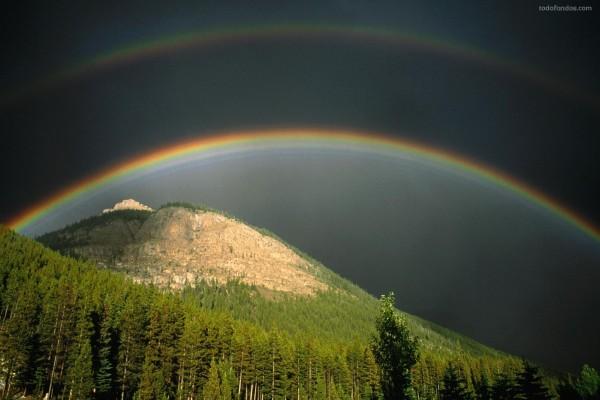 Puente de arcoíris sobre la montaña