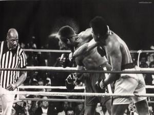 Postal: Muhammad Ali (Cassius Marcellus Clay) lanzando un derechazo