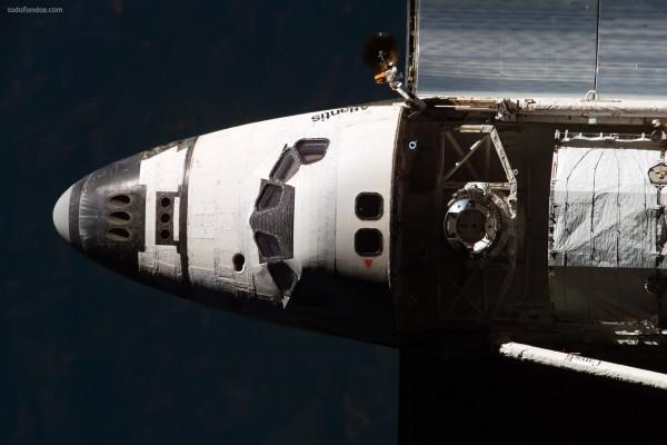 Transbordador espacial Atlantis con la nave de carga abierta