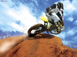 Subiendo una rampa de motocross