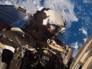 Postal: Astronauta trabajando en el espacio