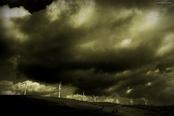 Molinos de viento bajo un cielo oscuro