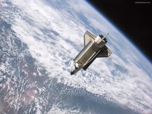 Transbordador Atlantis en órbita alrededor de la Tierra