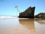Barco encallado en la playa