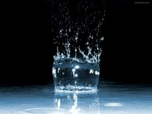 Postal: Impacto de una gota de agua