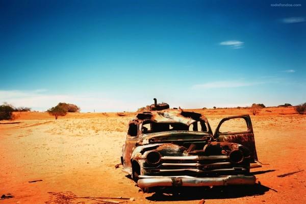 Coche abandonado en el desierto