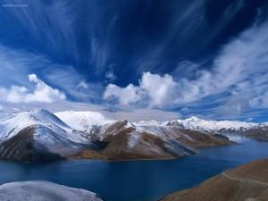 Postal: Montañas nevadas rodeadas de agua