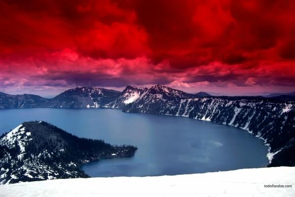 Cielo rojo sobre un lago