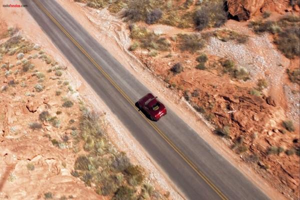 Coche rojo por la carretera