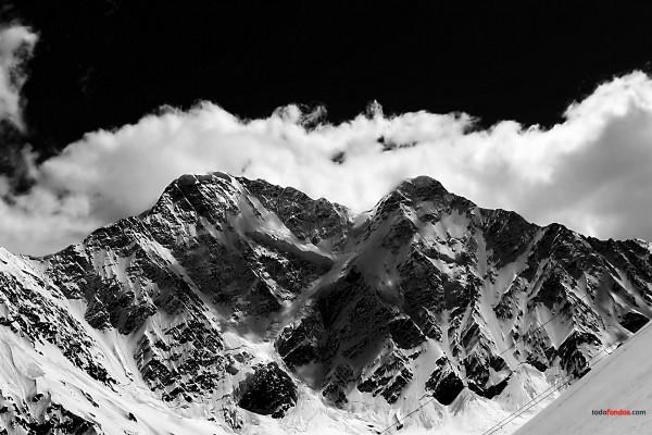 Montañas nevadas (en blanco y negro)