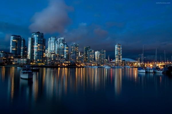 Ciudad con puerto, de noche