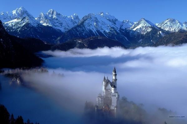 Un castillo de fantasía entre montañas