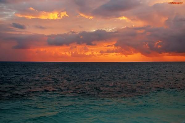 El mar bajo un cielo encendido