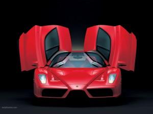 Ferrari rojo con las puertas abiertas