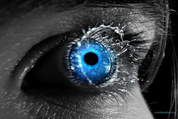 Una gota de agua impactando sobre un ojo azul