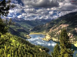 Postal: Un lago entre las montañas