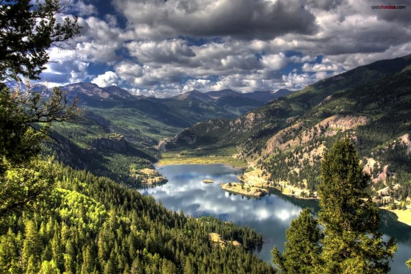 Un lago entre las montañas