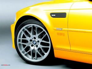 Postal: Llanta de un BMW amarillo