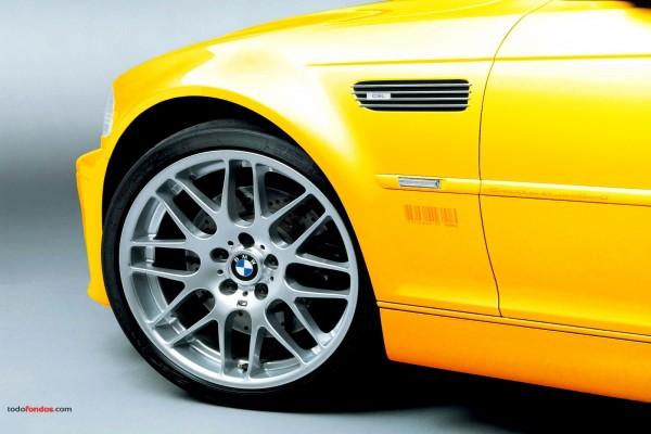 Llanta de un BMW amarillo
