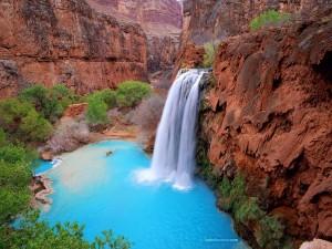 Una laguna azul en el desierto