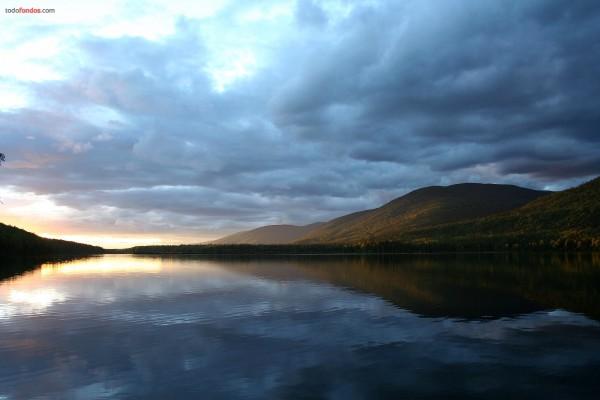Nubes oscureciendo el lago